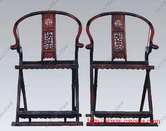 Đôi ghế được làm bằng gỗ sưa đỏ